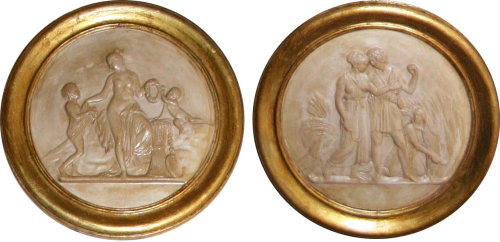 Runde Reliefs aus Gips mit glaenzender Oberflaeche