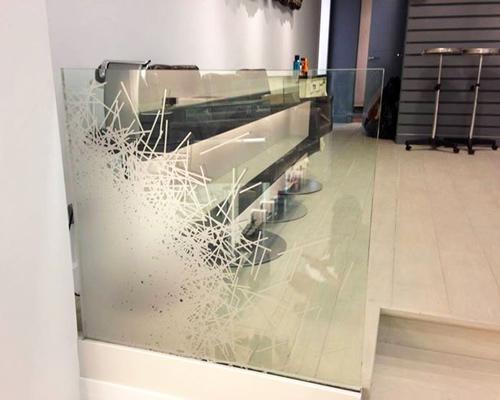 Teilweise bedrucktes Glas im gewerblichen Bereich