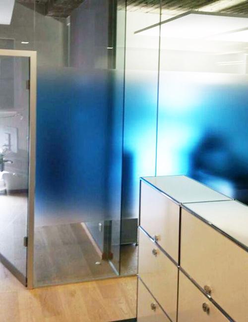 Buero mit gedruckter, moderner Glaskunst