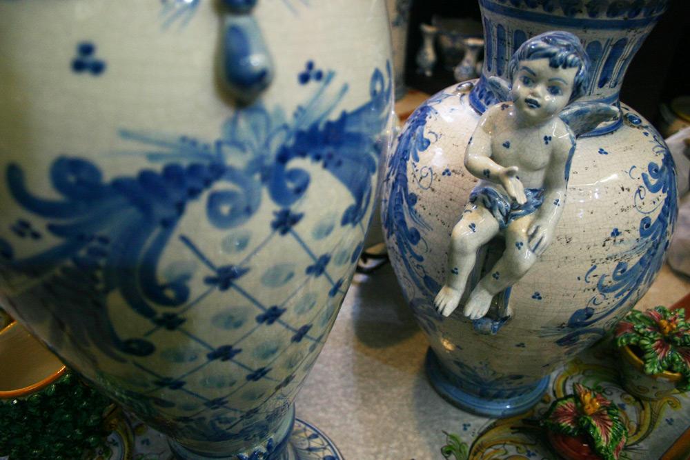 Klassische Vasen und Krüge aus Keramik
