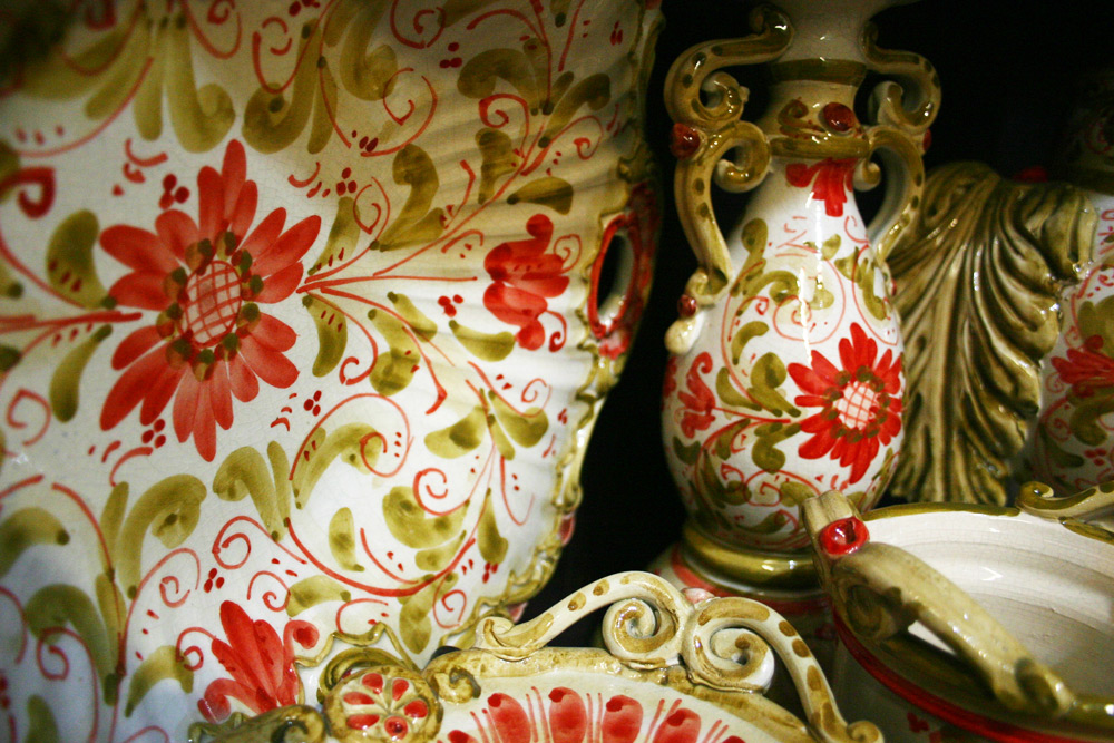 Klassische handbemalte Keramikteller