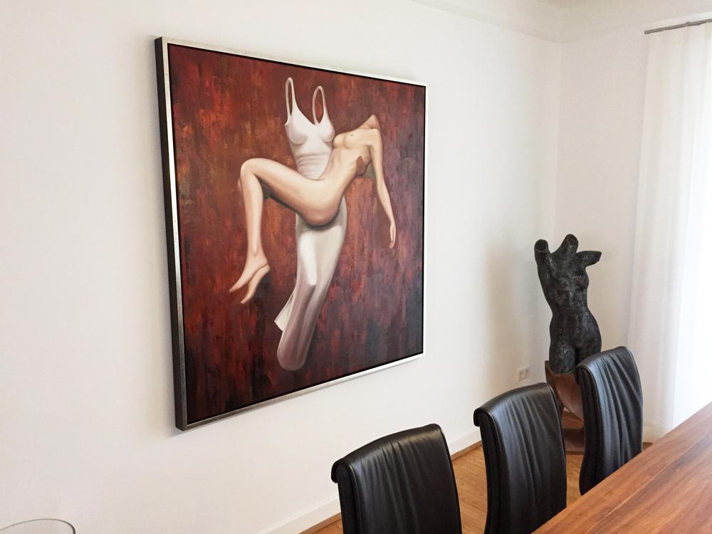 Hängung des modernen Gemäldes im Esszimmer des Kunden