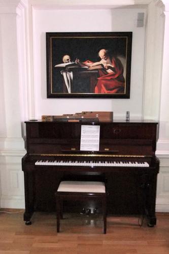 Kunde kaufte ein klassisches Gemälde zur Aufhängung über dem Klavier