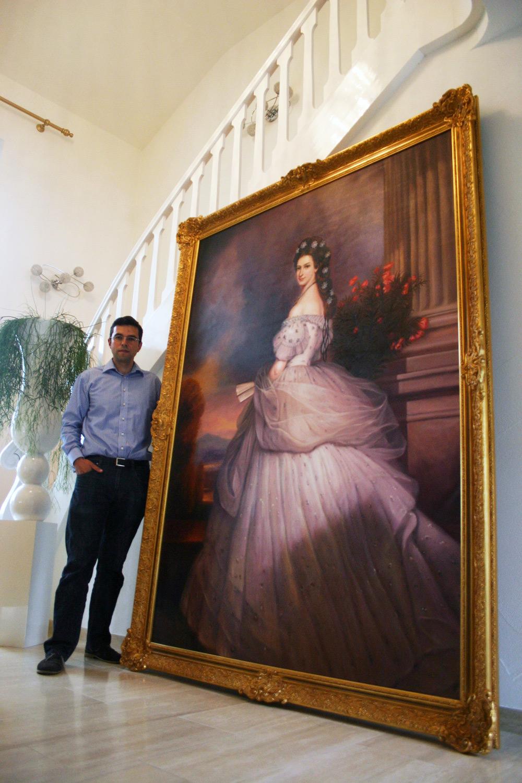 Daniel Cid Gomez mit Gemäldekopie nach Winterhalter